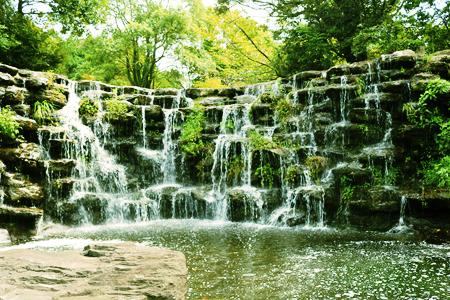 22~3年前に社長が敷地内に手作りしちやつた滝もあります。